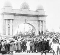Opening crowd of the Arch of Victory